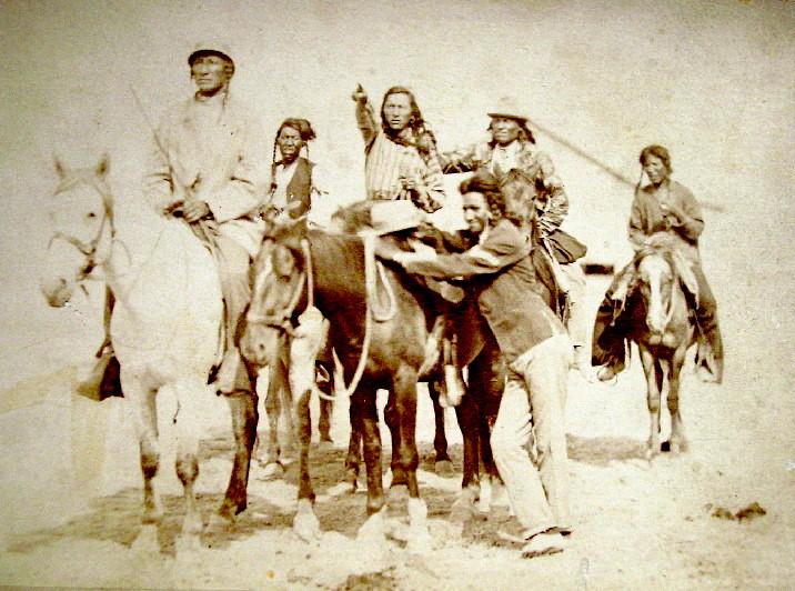 """Snímek Vraních indiánů zhruba z roku 1880. V té době již byly dinosauří fosilie známé i """"bílým profesorům z východu"""", původní obyvatelé však měli v povědomí o nich a dokonce i jejich praktickém využití mnohasetletý násk"""