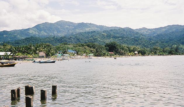 Zátoka u města Omoa, Honduras. Kredit: J.Betancourt / Wikimedia Commons.