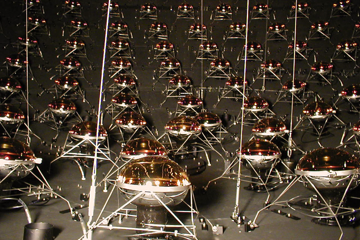 Fotonásobiče vdetektoru MiniBooNE. Kredit: US DoE / Fermilab.
