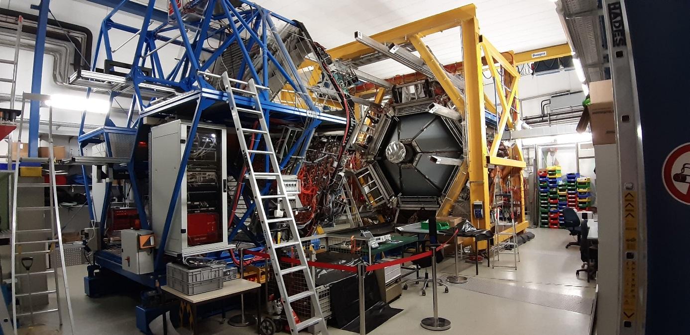 Pohled na spektrometr HADES v obdoví při přípravě na budoucí experiment (foto Petr Chudoba).
