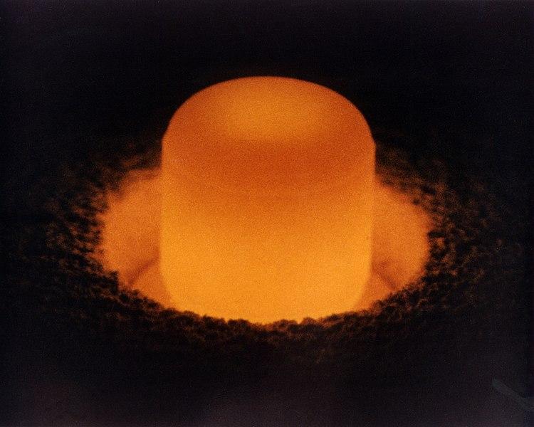 Palivo z plutonia-238 do jaderných článků ozařuje okolí vlastním svitem. Kredit: U.S. DOE.