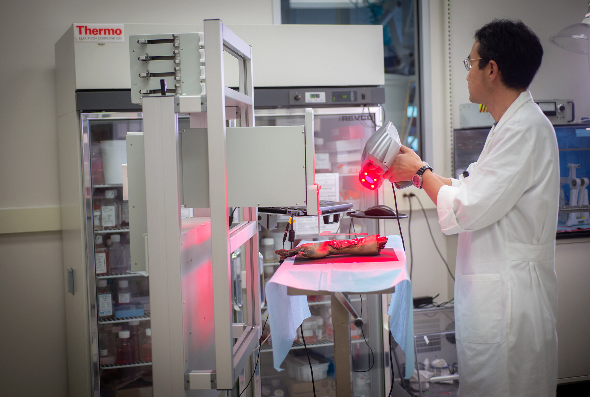 Operátor mobilní biotiskárny vakci spreklinickým modelem lidské ruky. Kredit: WFIRM