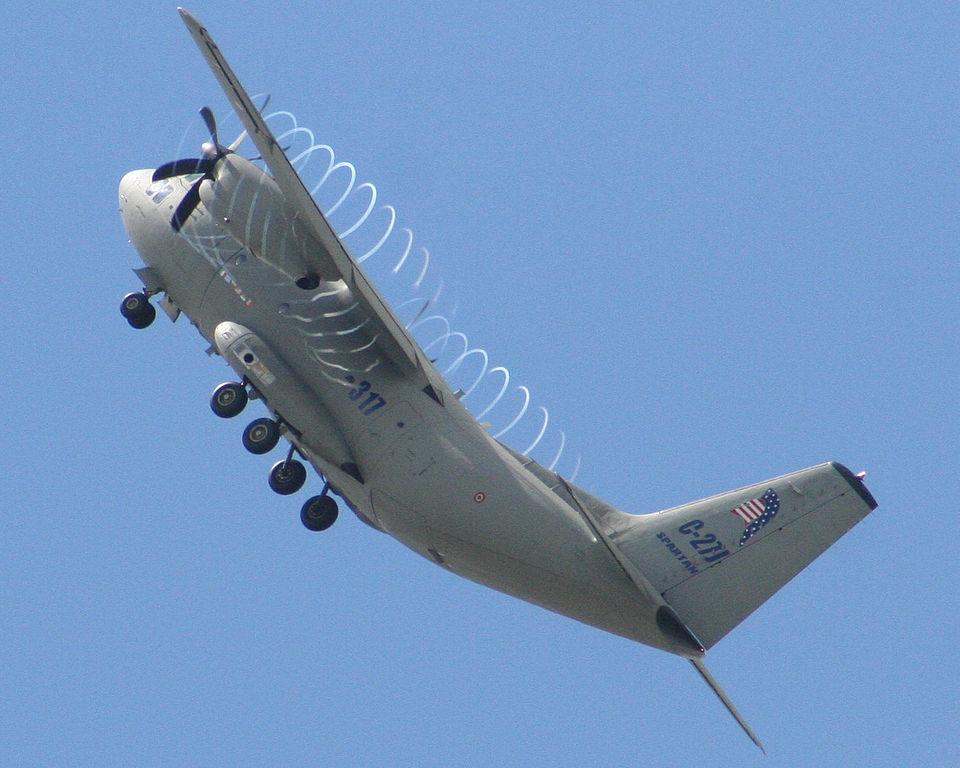 Zlovolné letadlo C-27J Spartan vyrábí kondenzační spirály. Ilumináti? Kredit: TreyFitz / Wikimedia Commons.