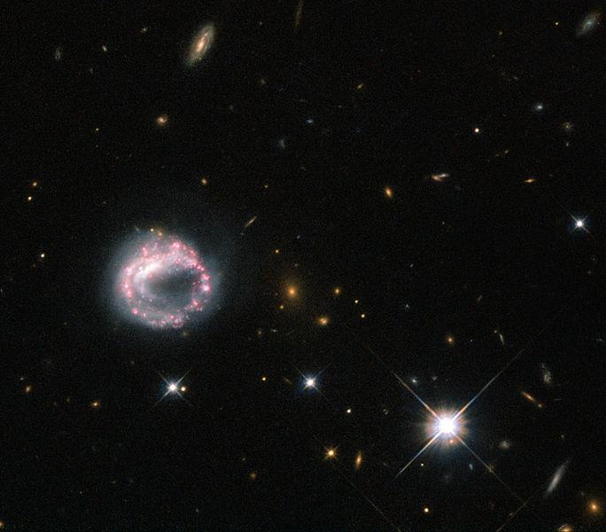 Prstencová galaxie Zw II 28. Kredit: ESA/Hubble & NASA.