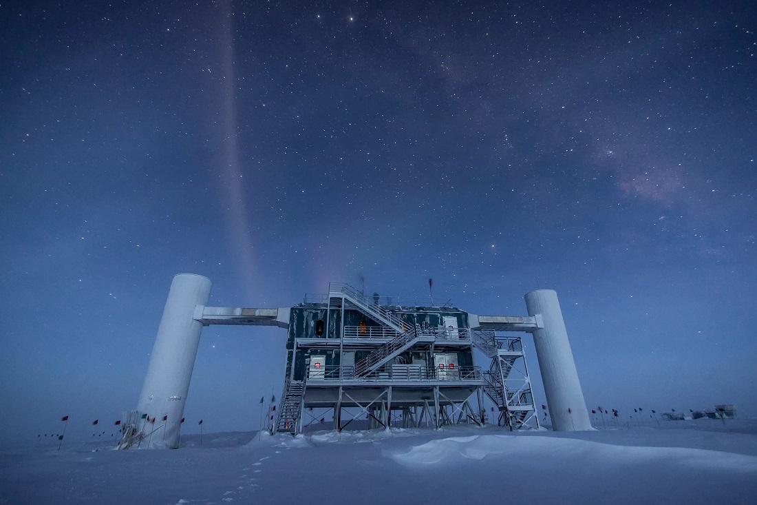 Neutrinová observatoř IceCube. Kredit: IceCube Neutrino Observatory.
