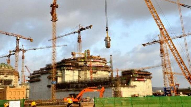 Už v druhém bloku Hualong One v pákistánském Karáčí byla instalována reaktorová nádoba. Zatím stavba probíhá podle plánu. (Zdroj CNNC).