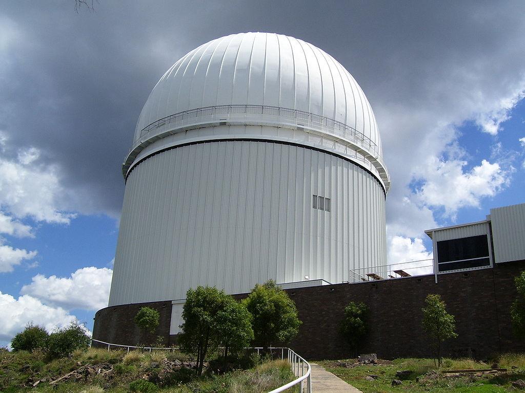 Australian Astronomical Observatory (AAO) steleskopem AAT. Kredit: Diceman / Stephen West / Wikimedia Commons.