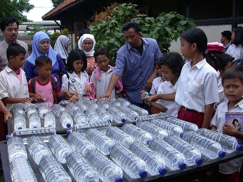 Solární dezinfekce vody podle WHO. Kredit: SODIS Eawag / Wikimedia Commons.