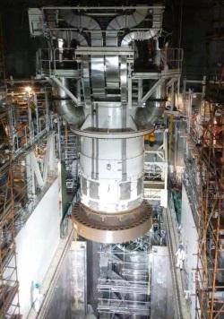 Instalace hlavy reaktorové nádoby u reaktoru San-men 1 (zdroj SNPTC).