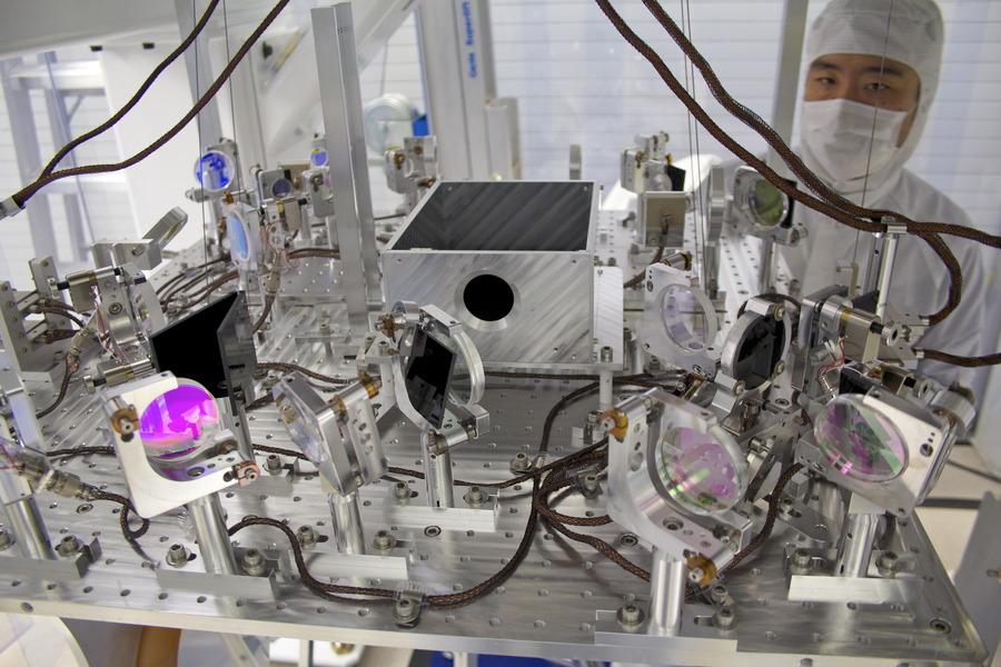 Zařízení TMS (transmission monitor suspension), které odesílá paprsek k zrcadlům a poté jej opět přijímá. Kredit: Caltech/MIT/LIGO Lab