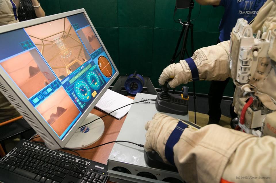 Kornijenko řídí během simulace marsovské vozidlo.  Zdroj: http://spaceflight101.com/