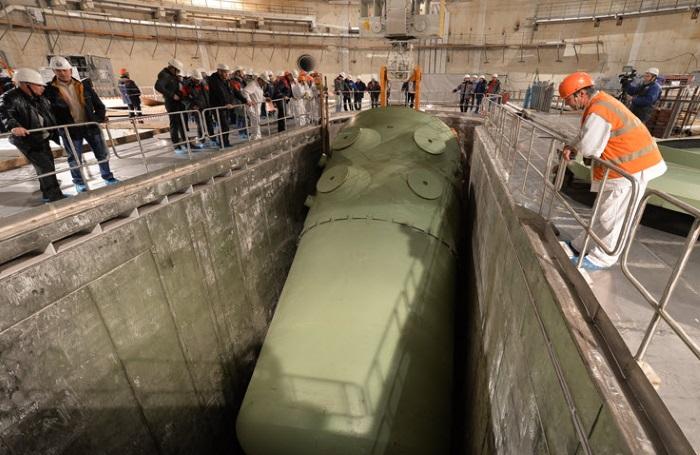Instalace reaktorové nádoby čtvrtého bloku elektrárny Rostov v listopadu 2014 (zdroj RoAES).