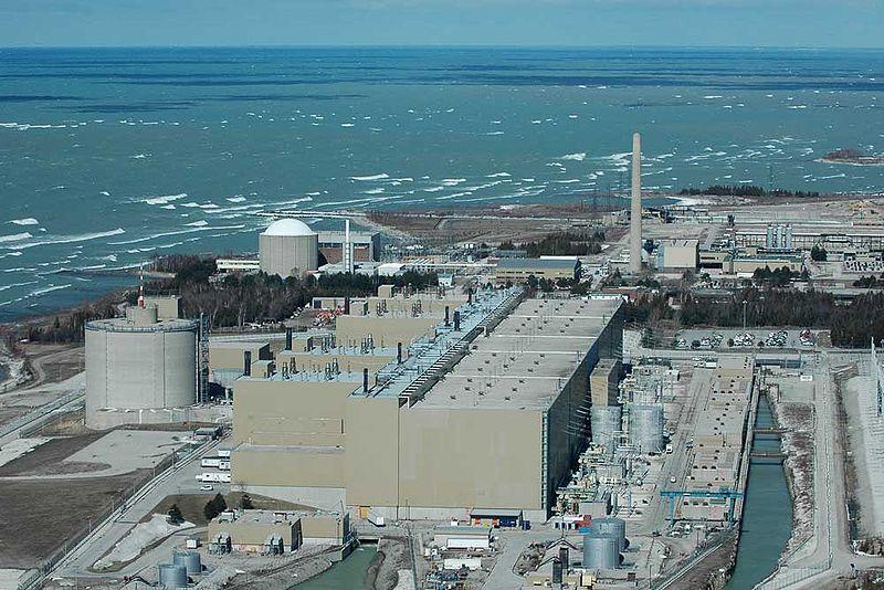 Kanadská elektrárna Bruce B s reaktory typu CANDU (zdroj Chuck Szmurlo Wikipedie).