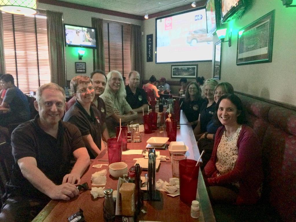 Udržování dobré nálady a asertivity o pracovních pauzách. Před 2 týdny byl tým hromadně v kině, tentokrát proběhla společná večeře.  Kredit: NASA/JPL/JHUAPL/ https://twitter.com/newhorizons2015/S. Teitel