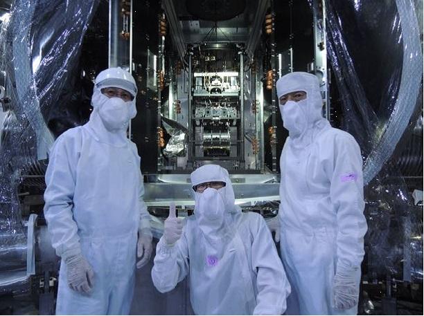 Dokončení instalace poslední části kryogenní sestavy detektoru gravitačních vln KAGRA (zdroj KAGRA).
