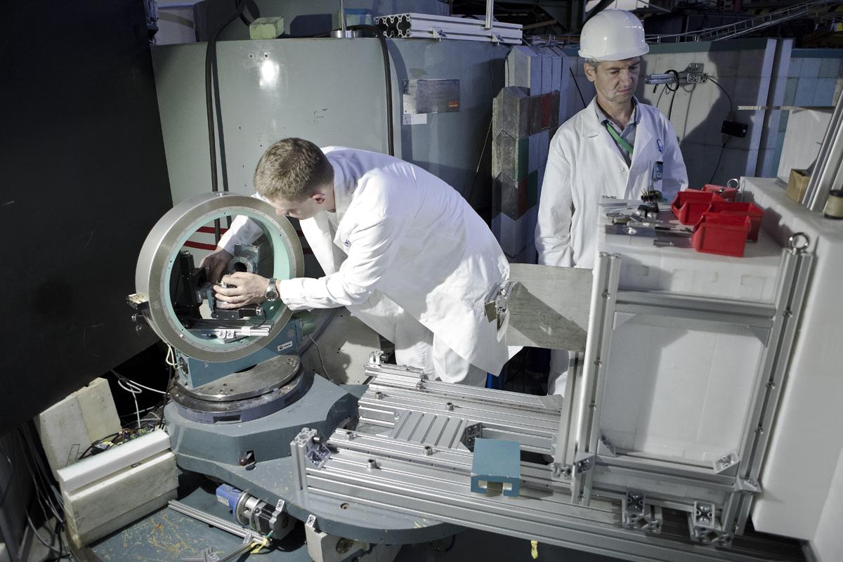 Kolegové pracující na jednom z neutronových kanálů reaktoru LVR-15 určeném pro materiálový výzkum (zdroj ÚJF).