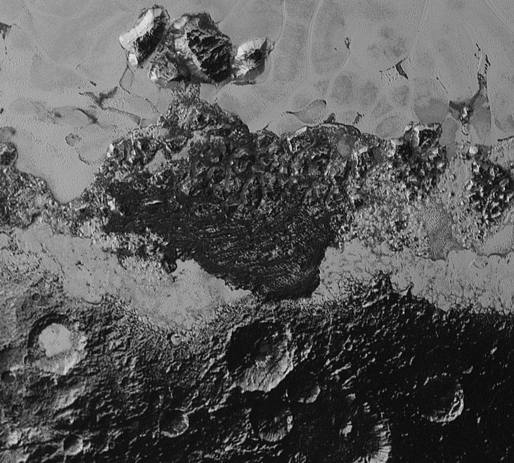 Pohled na oblast širokou zhruba 350 kilometrů ukazuje neuvěřitelnou rozdílnost a pestrost geologických forem terénu. Vidíme zde tmavou, krátery posetou oblast a vedle ní světlý, rovinatý terén Rozlišení snímku je 800 metrů a vznikl