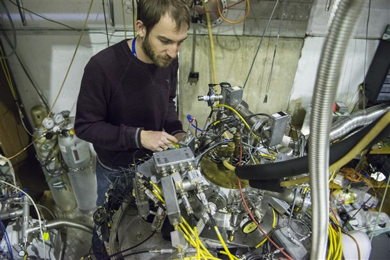 Penningova past experimentu ATRAP a postdoktorand Stephan Ettenauer (zdroj CERN).