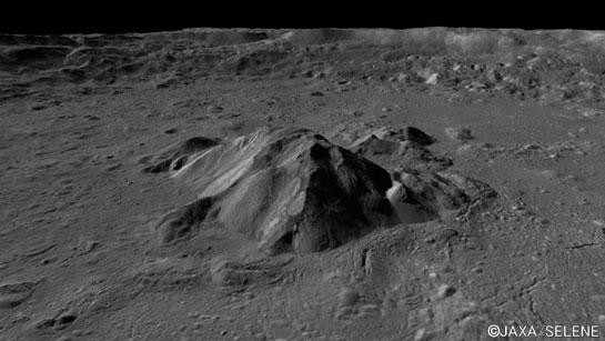 Pomocí měsíční družice Kaguya byly pořízeny velmi detailní snímky povrchových útvarů hlavně polárních oblastí Měsíce (zdroj JAXA).