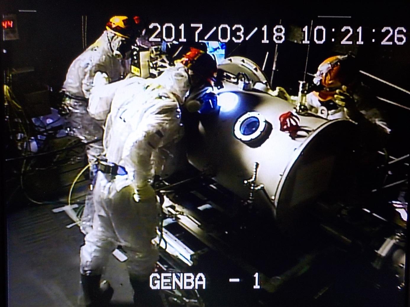 Práce u hermetické stínící komory, ze které byl vysílán robot do nitra kontejnmentu prvního blok (zdroj TEPCO).