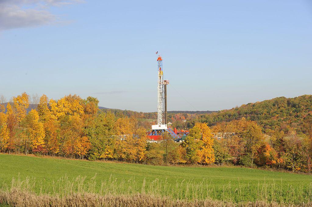 Těžba břidlicového plynu vUSA. Kredit: Meredithw, Wikimedia Commons.