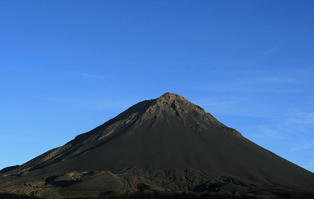 Hrozba Pico de Fogo visĂ ve vzduchu. Kredit: David Trainer / Wikimedia Commons.