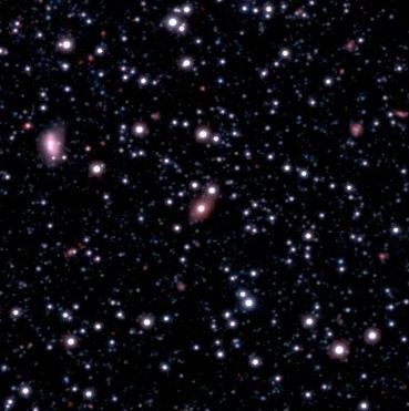 Galaxie SAGE0536AGN – oválný objekt uprostřed. Kredit: RAS, Vista Magellanic Clouds survey.
