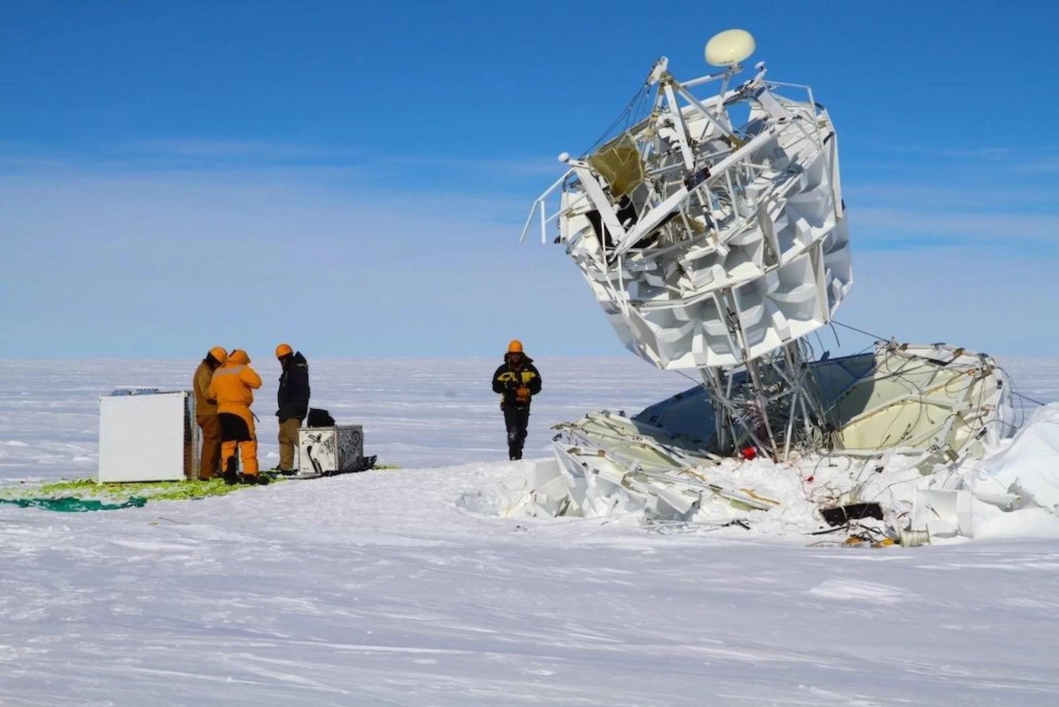 Tým experimentu ANITA vyzvedává zařízení po úspěšném letu. Kredit: Australian Antarctic Division.