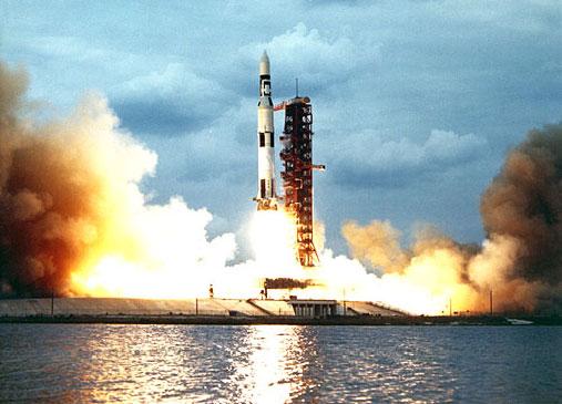 Start rakety Saturn 5 s vesmĂrnou stanicĂ Skylab (zdroj NASA).