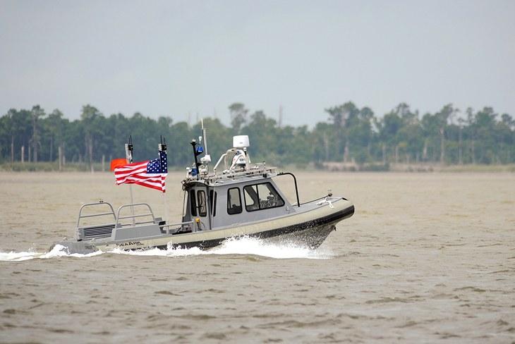Autonomní člun US Navy. Kredit: John F. Williams/U.S. Navy.