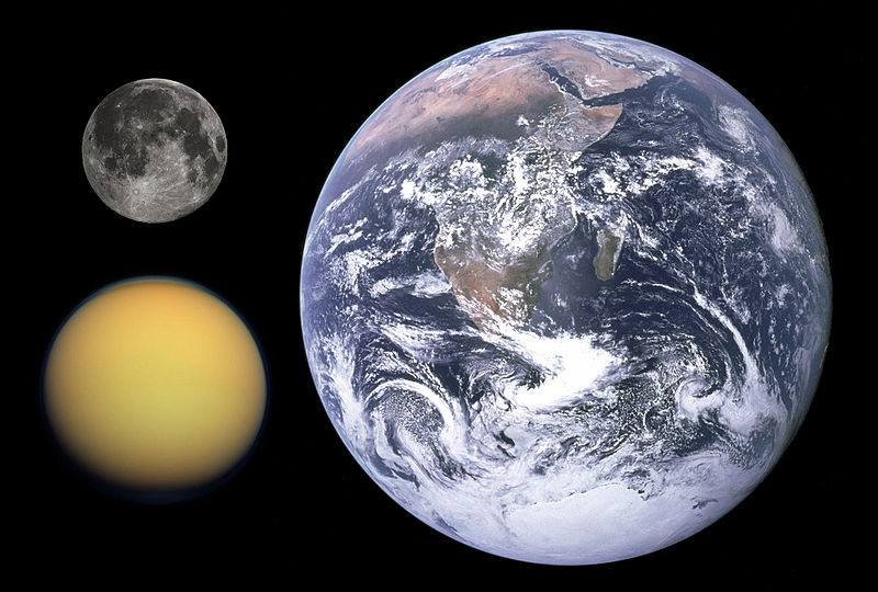 Titan vporovnání sMěsícem a Zemí. Kredit: NASA / Gregory H. Revera / NASA/JPL/Space Science Institute.