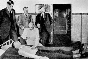 Dr House aplikuje sérum pravdy zločinci ve vězení v  Texasu. (Fotografie z učebnice forenzní toxikologie z roku 1932)