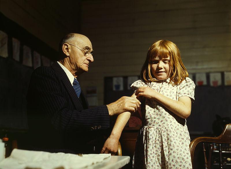 Očkování nikoliv proti prolhaným zprávám, ale proti tyfu, Texas, 1943. Kredit: John Vachon / United States Farm Security Administration.