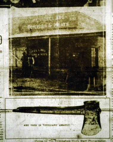 Titulní stránka The Birmingham News. Vztahuje se k události ze dne 23. ledna 1923, kdy byli ve svém obchodě nalezeni Luig Vitellaro (42) se svou manželkou Josephine (32), mrtvi. Luigiho někdo zabil ve chvíli kdy zvedal pytel brambor a jeho ma