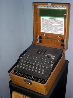 ĹifrovacĂ stroj Enigma. Kredit: Sperling, Wikimedia Commons.