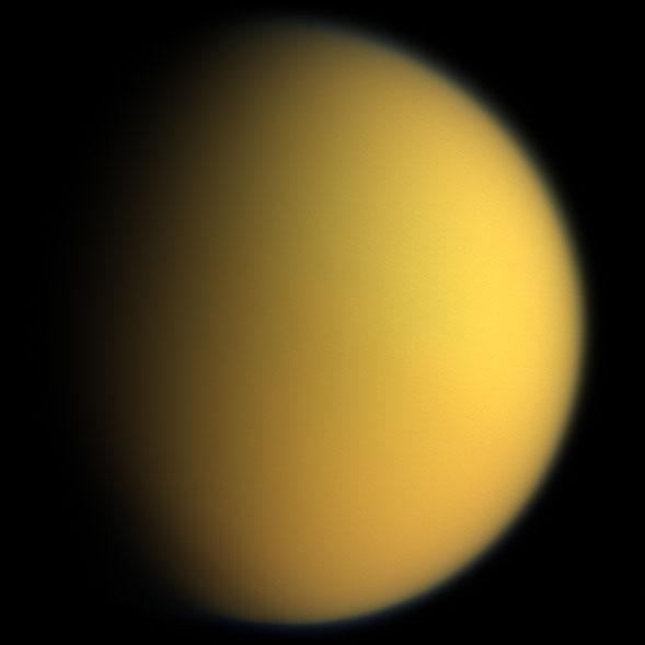 SvĹŻdnÄ› naĹľloutlĂ˝ organickĂ˝ Titan. Kredit: NASA.