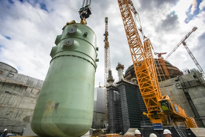 Umisťování tlakové nádoby reaktoru prvního bloku Leningradské elektrárny II (zdroj firma TITAN).