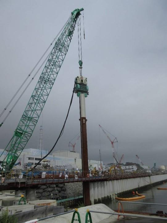DokonÄŤovánĂ stÄ›ny, která zabraĹ?uje pronikánĂ podzemnĂ vody do moĹ™e v přístavu (zdroj TEPCO).