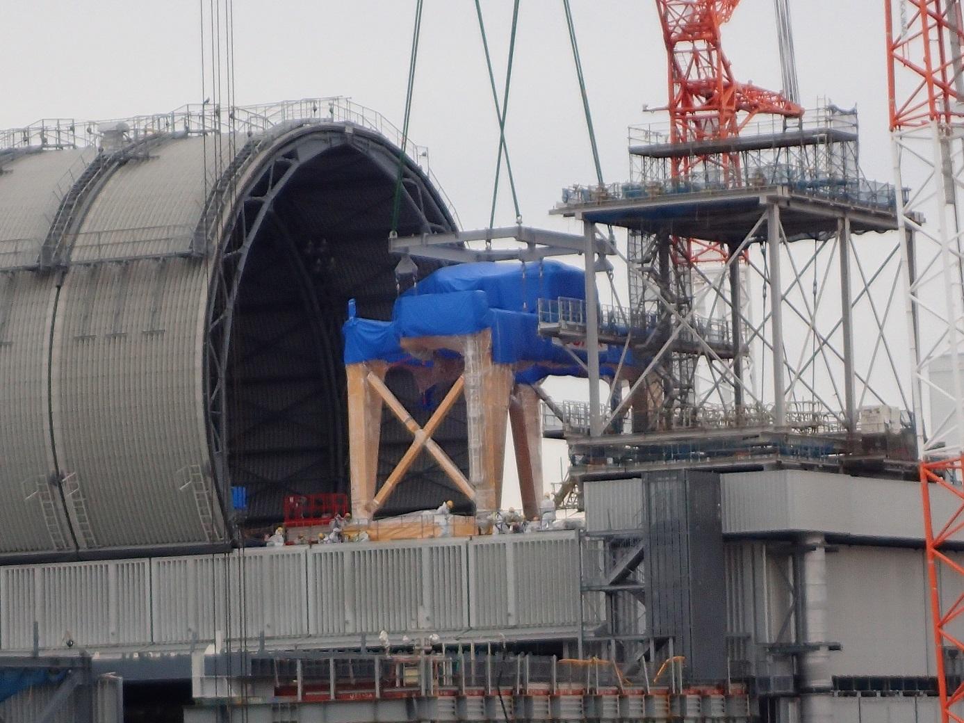 Dopravení části konstrukcí pro manipulaci s palivovými soubory a kontejnery pro ně (zdroj TEPCO).