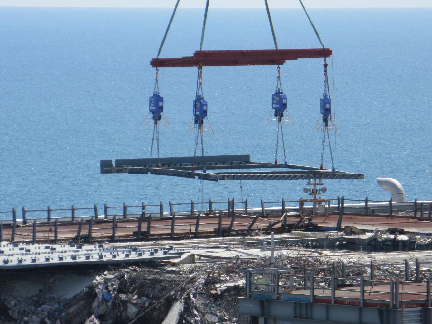 V dubnu 2016 začala instalace nového krytu a zařízení pro přemisťování palivových souborů z bazénu (zdroj TEPCO).