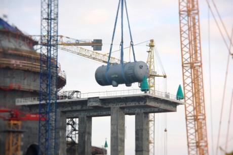 Instalace jednoho ze čtyř parogenerátoru druhého bloku elektrárny Ostrovec (zdroj Běloruská jaderná elektrárna).