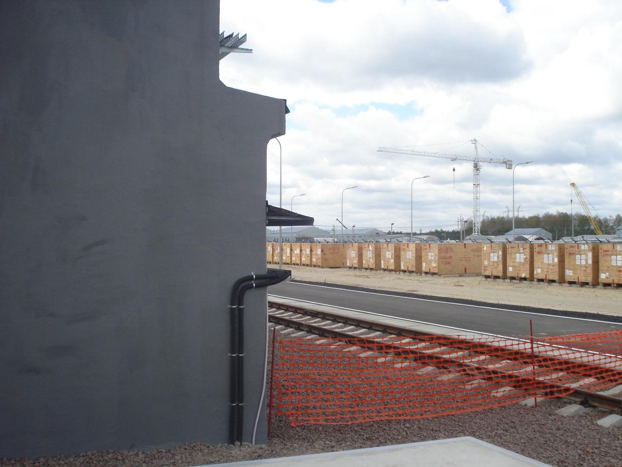 Dřevěné bedny s kontejnery čekají na zahájení provozu zařízení.