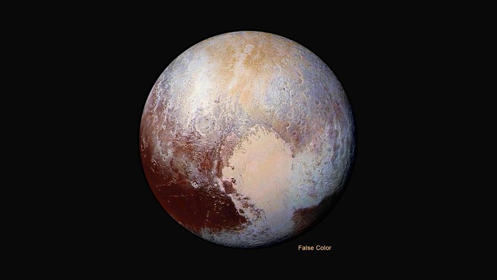 """Pluto ve falešných barvách, které ukazují výsledky spektrometrů – všimněte si odlišené barvy levé a pravé části """"srdce"""". Zdroj: http://pluto.jhuapl.edu/"""