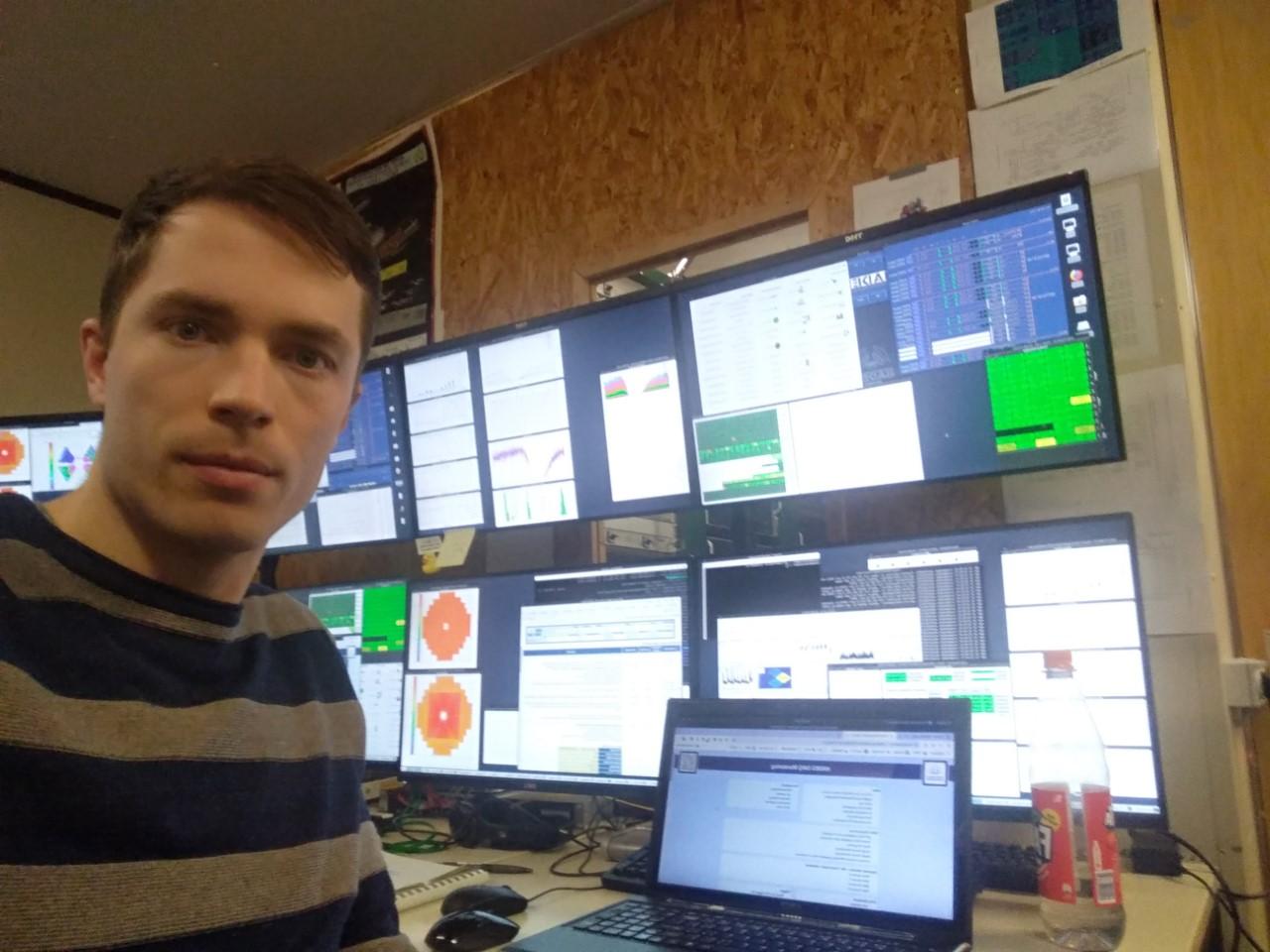 Náš PhD student Lukáš Chlad z MFF UK na směně pře experimentech sestavy HADES.