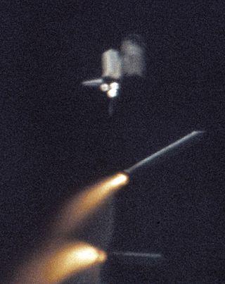 OddÄ›lenĂ boÄŤnĂch urychlovacĂch stupĹ?ĹŻ SRB americkĂ©ho raketoplánu (zdroj NASA).