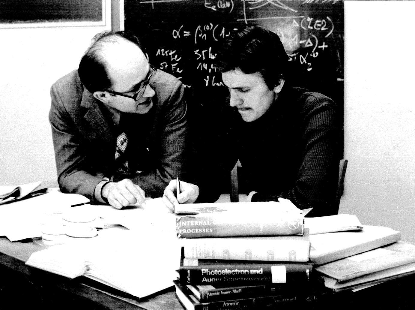 Otokar Dragoun v roce 1977 se svým tehdejším studentem Aloisem Kovalíkem, který je nyní také významným pracovníkem v spektrometrii elektronů a zástupce ředitele laboratoře v SÚJV Dubna (zdroj ÚJF AV ČR)