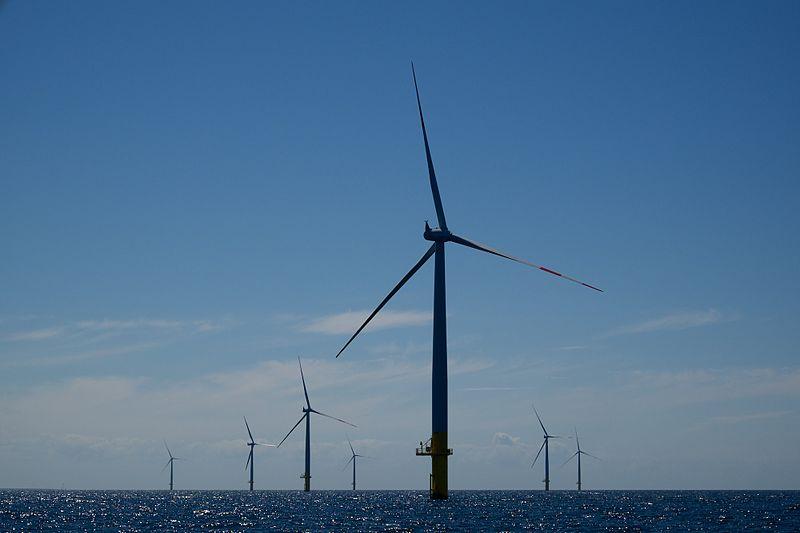 Pokud se realizují scénáře napodobující Bavorsko, budeme nutně spoléhat na větrné turbíny na severu Německa. Mořská větrná farma Baltic 1 (zdroj Wikipedie, Martin Doppelbauer).