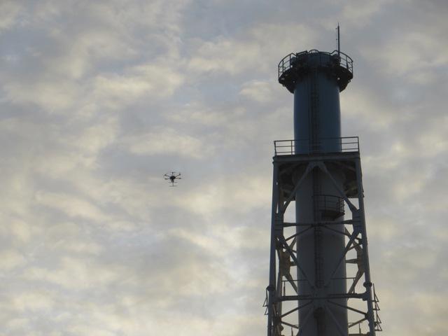 Pro průzkum stavu ventilačních komínů se využily drony (zdroj TEPCO).