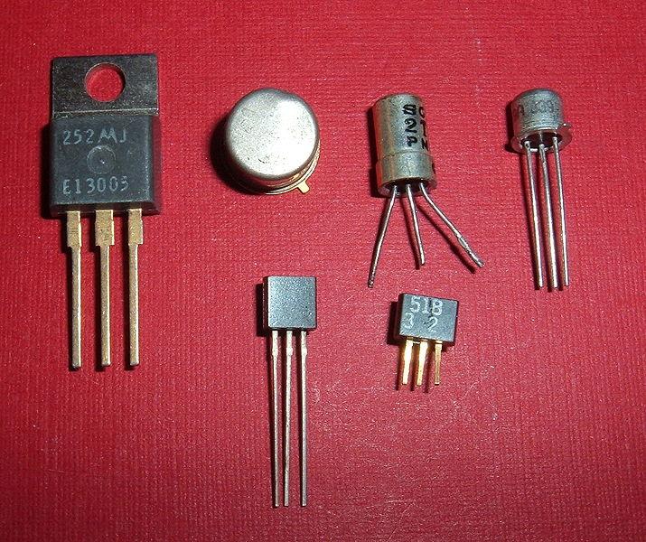 Dnešní tranzistory. Kredit: ArnoldReinhold / Wikimedia Commons.