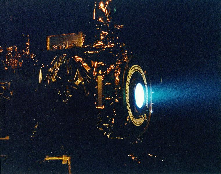 Test xenonového iontového pohonu NSTAR. Kredit: NASA.